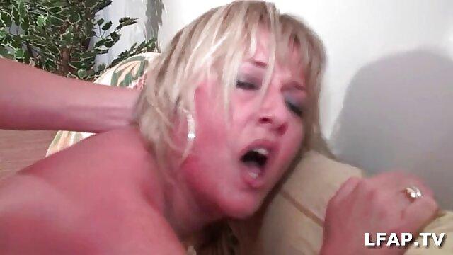 بلوند روشن کلاس سکس پورن فیلم را نشان می دهد