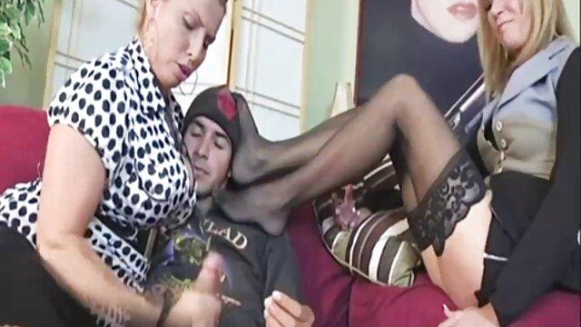 لیدی دانلود فیلم پورن عاشقانه با دوستان دخترش سرگرم می شود