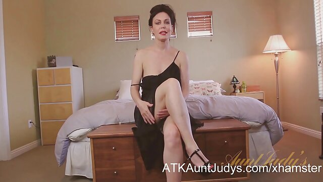 زن زیبا در دانلود پورن داستانی هنگام ریخته گری لباس زیر توری و جوراب پوشیده است