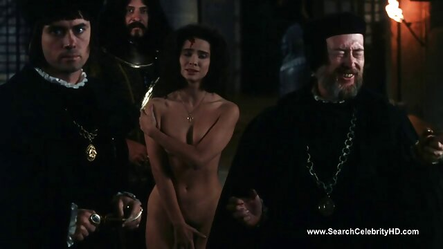 پوره بیدمشک پاهای خود را دانلود فیلم پورن سریال سکسی در مقابل یک مرد سیاه پوست گسترش می دهد