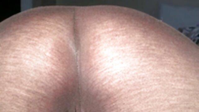 سوار یک سبزه مام پورن پرشور بر بالای یک مرد عضلانی