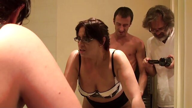 زیبایی با موهای فرفری عاشق دیگری را به خانه کلیپ های سکسی پورن اش می آورد