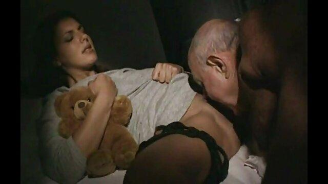 دانش آموز بوستی در خانه خود فیلم های آماتور می پورن سکس سازد