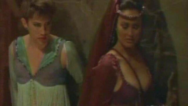 پس از پایان مکیدن ، او خزید و خود فیلم سکسپورن را بین نانها داد