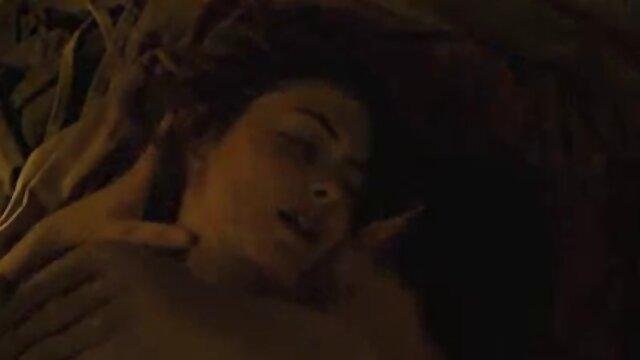 عوضی بالغ در فیلم سینمایی سکسی پورن ماشین دوست پسر مداوم شیرجه می خورد